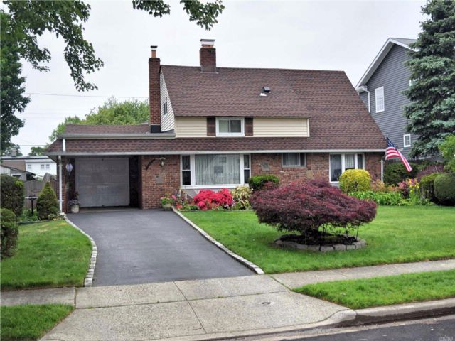 3 BR,  2.00 BTH  Exp cape style home in Hicksville